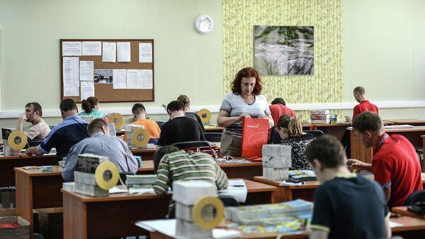 Люди с ограниченными возможностями работают в полиграфической мастерской