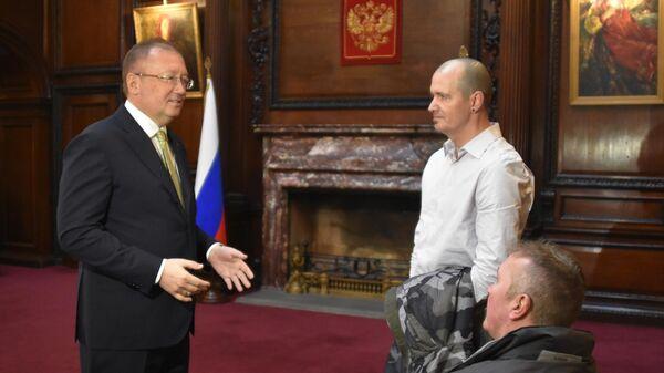 Посол РФ в Великобритании Александр Яковенко, пострадавший в Эймсбери британец Чарльз Роули и его брат Мэттью Роули во время встречи в российском посольстве в Лондоне. 6 апреля 2019