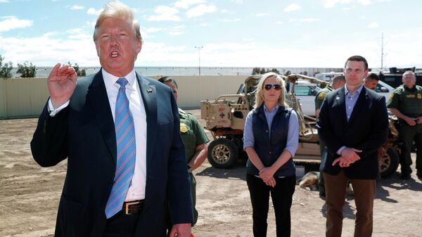 Президент США Дональд Трамп, министр внутренней безопасности США Кирстен Нильсен и глава Таможенно-пограничной службы Кевин Макалинан на границе Мексики и США в Калифорнии. 5 апреля 2019