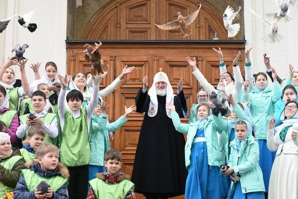 Патриарх Московский и всея Руси Кирилл и дети выпускают голубей после богослужения в праздник Благовещения Пресвятой Богородицы в Благовещенском соборе Московского Кремля