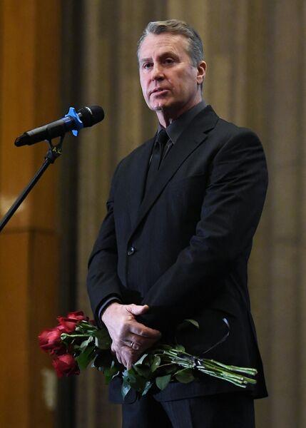 Актёр Олег Штефанко выступает на церемонии прощания с народным артистом России Алексеем Булдаковым в Центральном доме кино в Москве