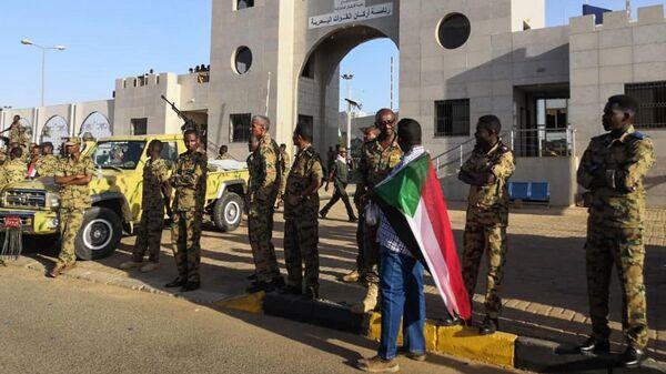 Военные у здания министерства обороны Судана в Хартуме