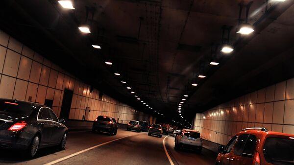Автомобили едут по тоннелю