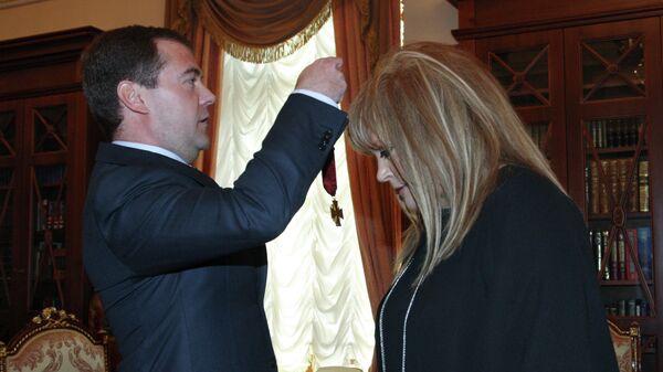 Президент России Дмитрий Медведев поздравил Аллу Пугачеву с днем рождения и вручил ей орден За заслуги перед Отечеством III степени