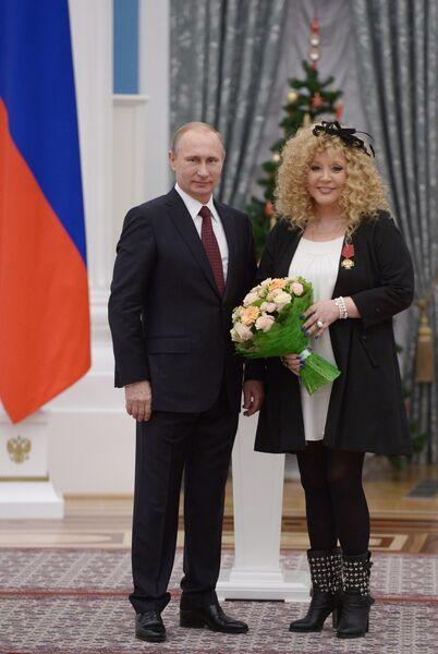 Президент России Владимир Путин награждает орденом За заслуги перед Отечеством IV степени певицу Аллу Пугачеву на церемонии вручения государственных наград выдающимся россиянам в Кремле
