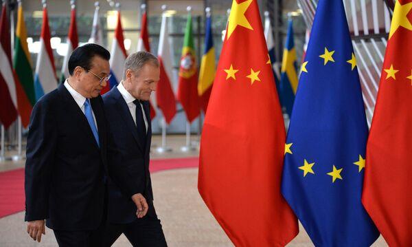 Председатель Европейского совета Дональд Туск и премьер Государственного совета КНР Ли Кэцян на саммите ЕС-КНР в Брюсселе