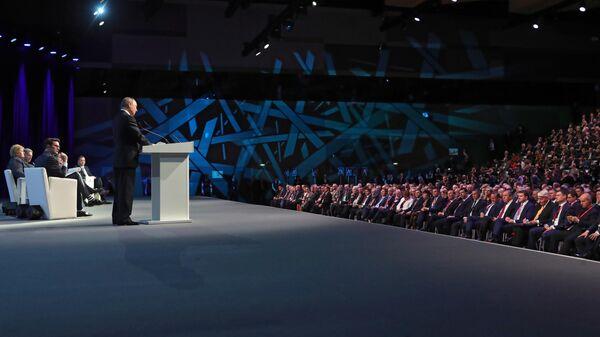 Президент РФ Владимир Путин на пленарном заседании V Международного арктического форума Арктика – территория диалога. 9 апреля 2019