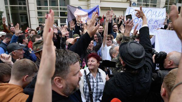 Участники акции против кандидата в президенты Украины Владимира Зеленского перед зданием его офиса в Киеве. 9 апреля 2019