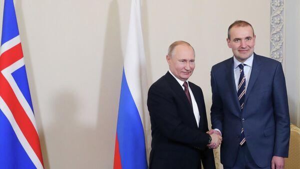 Президент РФ Владимир Путин во время встречи с президентом Республики Исландии Гудни Йоханнессоном на полях V Международного арктического форума Арктика – территория диалога
