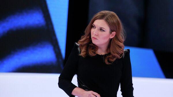 Телеведущая Ольга Скабеева в студии программы 60 минут