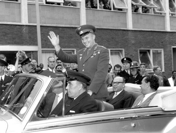 Юрий Гагарин советский космонавт и первый человек в космосе, едет по Лондону в открытом автомобиле