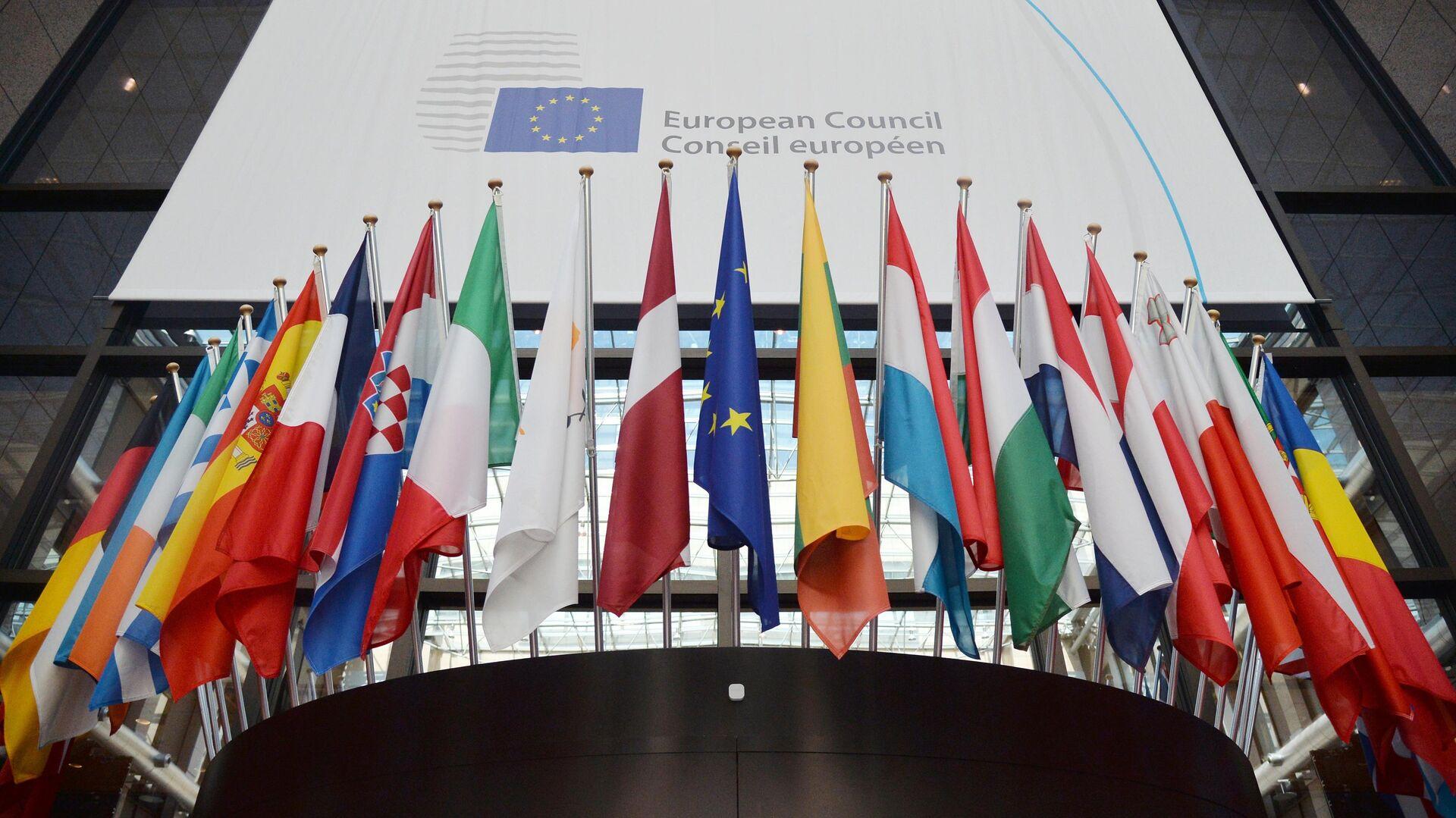 Флаги государств членов ЕС в здании Европейского Совета в Брюсселе - РИА Новости, 1920, 15.03.2021