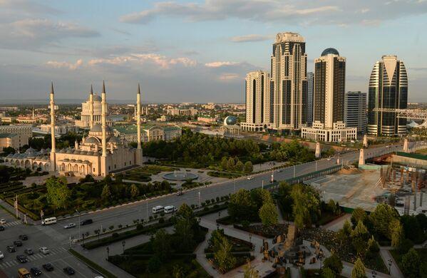 Вид на центральную мечеть Сердце Чечни имени Ахмата Кадырова и здания высотного комплекса Грозный сити в Грозном