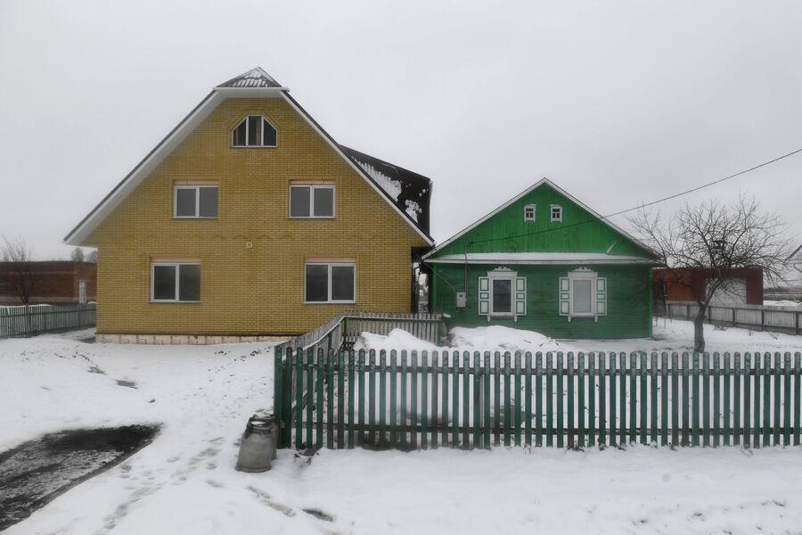 Старый и новый дом в деревне Аполлоновка