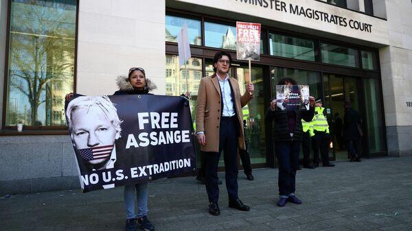 Люди с плакатами в поддержку Джулиана Ассанжа у здания Вестминстерского магистратского суда в Лондоне. 11 апреля 2019