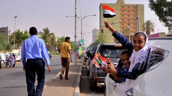 Люди с флагами Судана в Хартуме
