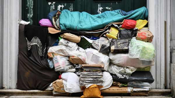 Бездомный спит на куче мусора в Риме