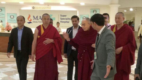 Тибетский духовный лидер Далай-лама выходит из больницы в Нью-Дели, Индия. 12 апреля 2019