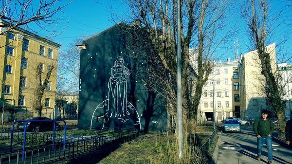 Граффити в честь Дня космонавтики с изображением первой женщины-космонавта Валентиной Терешковой на стене дома в Санкт-Петербурге