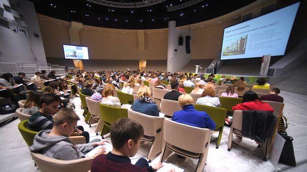 Участники ежегодной образовательной акции по проверке грамотности Тотальный диктант-2019 на площадке Инновационного центра Сколково
