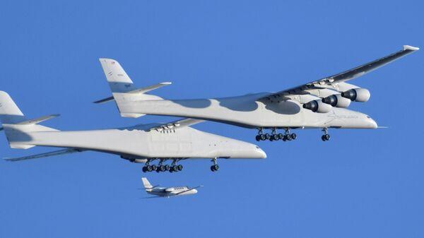 Самый большой в мире самолет, построенный покойной компанией Пола Аллена Stratolaunch Systems, совершает свой первый испытательный полет в Мохаве. 13 апреля 2019