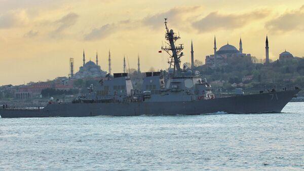 Ракетный эсминец ВМС США USS Ross в проливе Босфор в Стамбуле Турция