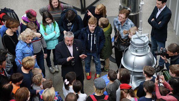 Космонавт Федор Юрчихин проводит экскурсию для детей в павильоне Космос на ВДНХ в рамках мероприятий, посвященных Дню космонавтики