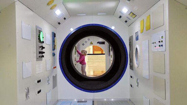 Девочка в Центре Космонавтика и авиация в павильоне Космос на ВДНХ во время мероприятий, посвященных Дню космонавтики