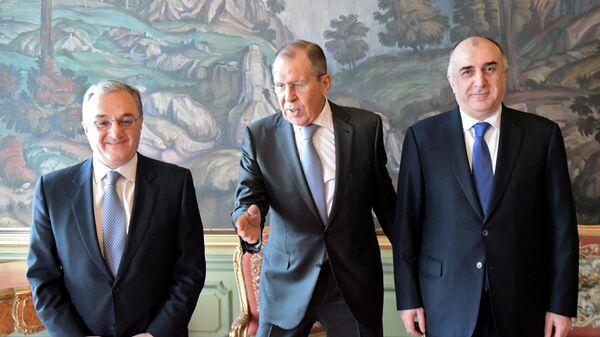 Министр иностранных дел РФ Сергей Лавров, министр иностранных дел Азербайджана Эльмар Мамедъяров (справа) и министр иностранных дел Армении Зограб Мнацаканян во время встречи в Москве