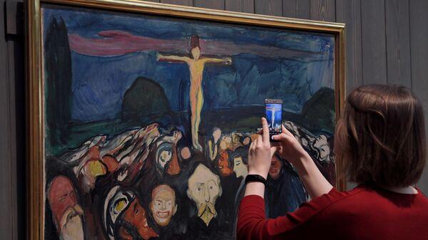 Посетительница фотографирует картину Эдварда Мунка Голгофа на выставке Эдвард Мунк в Инженерном корпусе Третьяковской галереи