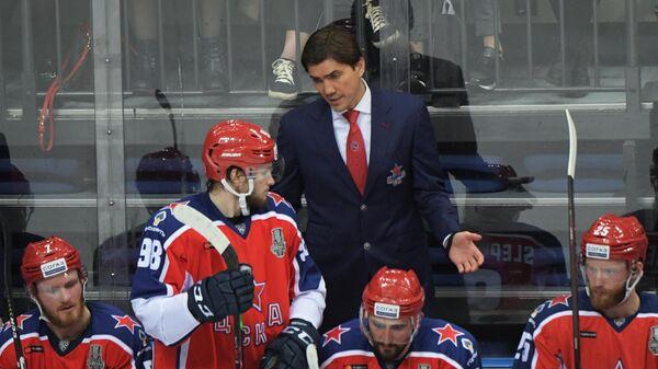 Главный тренер ЦСКА Игорь Никитин (в центре на втором плане) и хоккеисты клуба