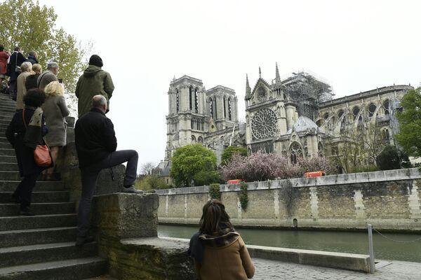 Парижане у собора Нотр-Дам-де-Пари, где произошел пожар. 16 апреля 2019