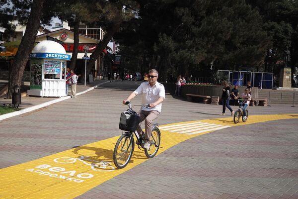 Горожане катаются на велосипедах на набережной в Геленджике
