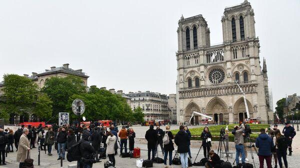 Журналисты у собора Парижской Богоматери после пожара