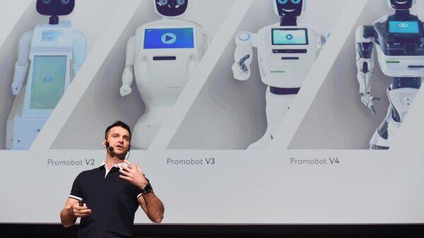 Председатель совета директоров компании Промобот Алексей Южаков во время презентации нового робота на форуме Skolkovo Robotics