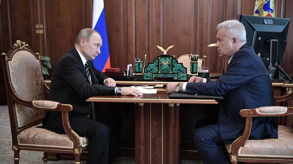 Президент РФ Владимир Путин и президент, председатель правления ПАО Лукойл Вагит Алекперов во время встречи. 16 апреля 2019