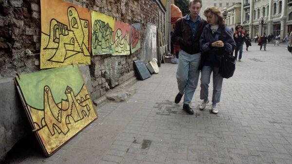 Прохожие на старой московской улице Арбат