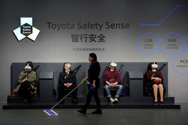 Посетители на стенде Toyota Safety Sense на автосалоне в Шанхае