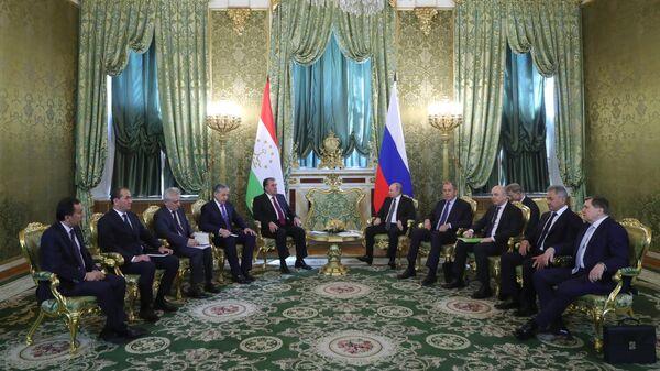 Владимир Путин и президент Таджикистана Эмомали Рахмон во время встречи. 17 апреля 2019