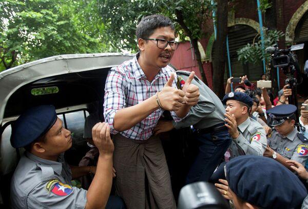 Журналист британского информационного агентства Reuters Ва Лон после суда в Мьянме