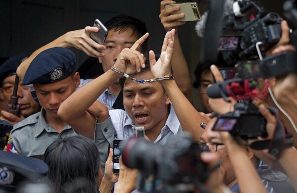 Журналист британского информационного агентства Reuters Сое Оо после суда в Мьянме