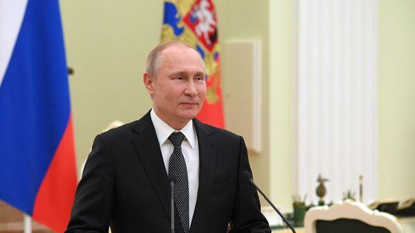 Владимир Путин во время встречи с выпускниками второго потока программы развития управленческого кадрового резерва. 17 апреля 2019