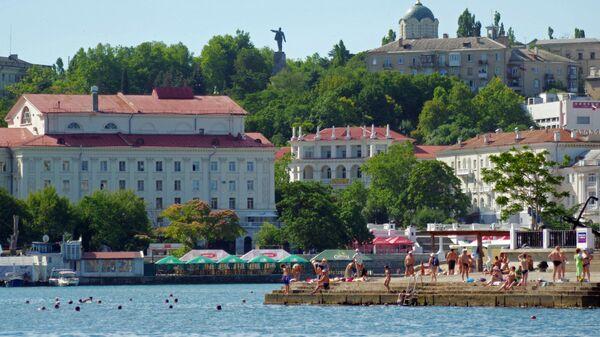 Отдыхающие на одном из пляжей города Севастополя