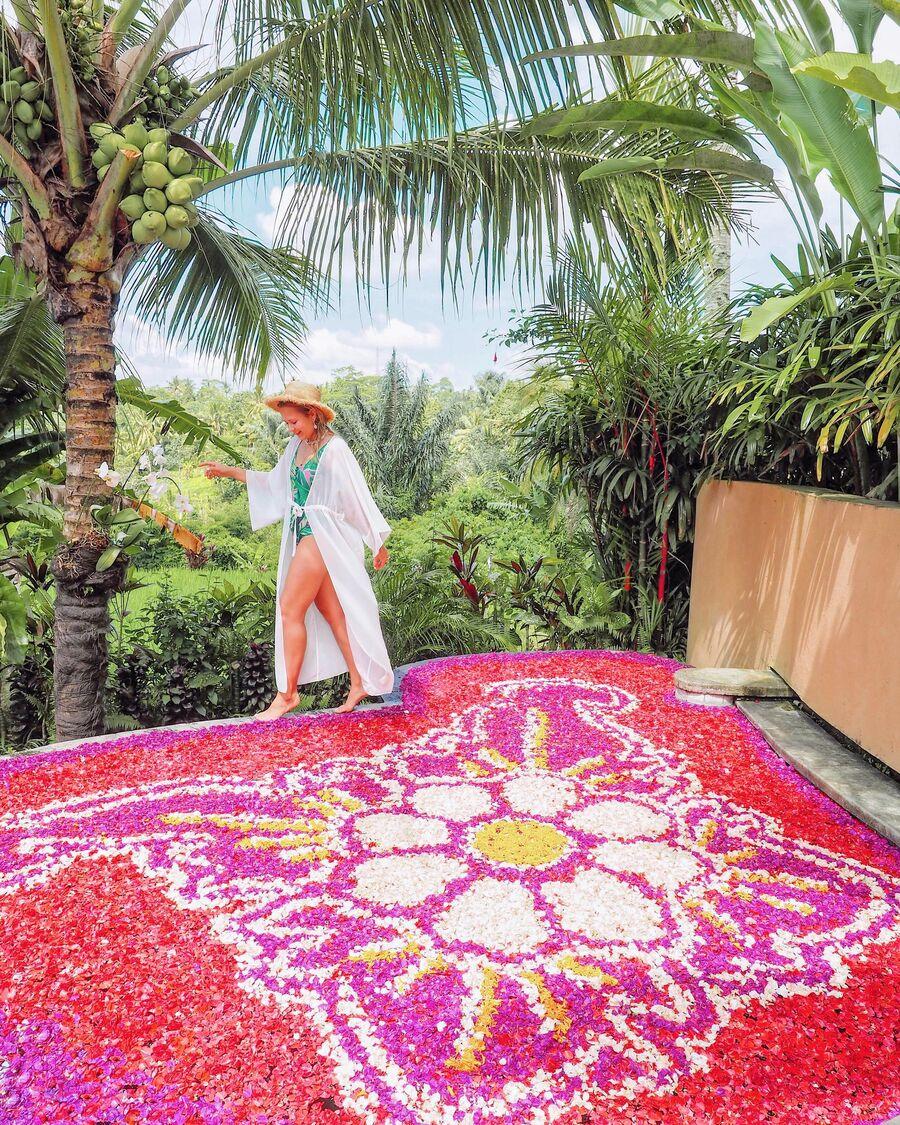 Бассейн с цветами на Бали