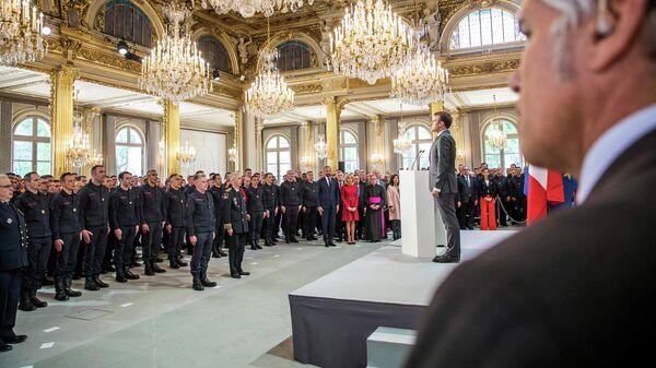 Президент Франции Эммануэль Макрон принял в Елисейском дворце пожарных, которые тушили возгорание в соборе Парижской Богоматери. 18 апреля 2019