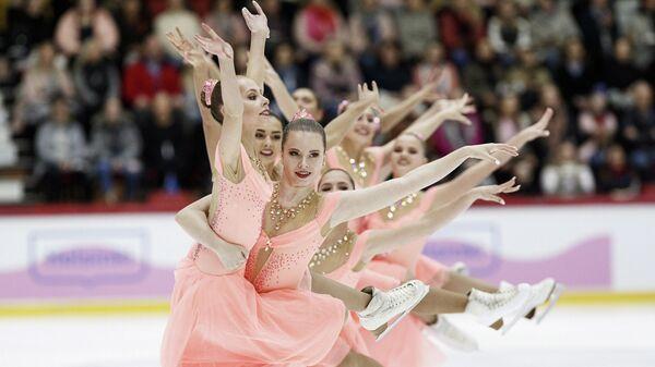 Выступление команды из России на чемпионате мира по синхронному катанию среди юниоров в Хельсинки