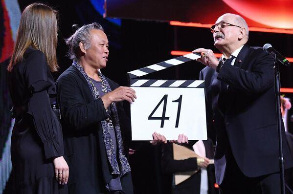 Корейский кинорежиссёр Ким Ки Дук и президент Московского международного кинофестиваля Никита Михалков (справа) на торжественной церемонии открытия 41-го Московского Международного кинофестиваля (ММКФ)