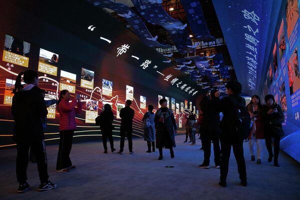 Электронная панель с изображением внешнеполитической инициативы Один пояс, Один путь на выставке в Пекине