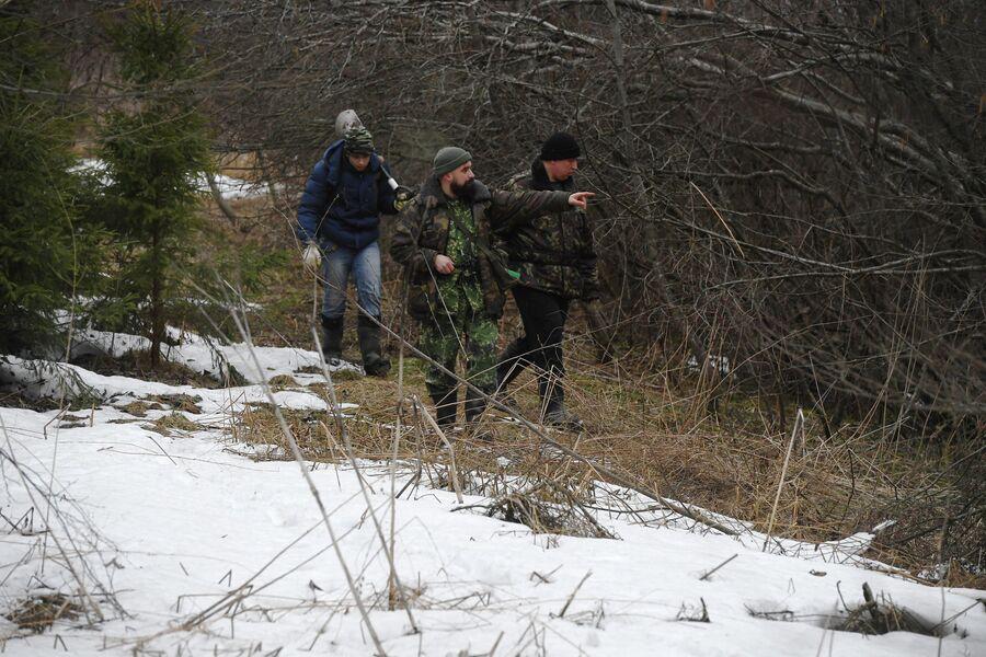 Участники поискового отряда КитежЪ обследуют лес