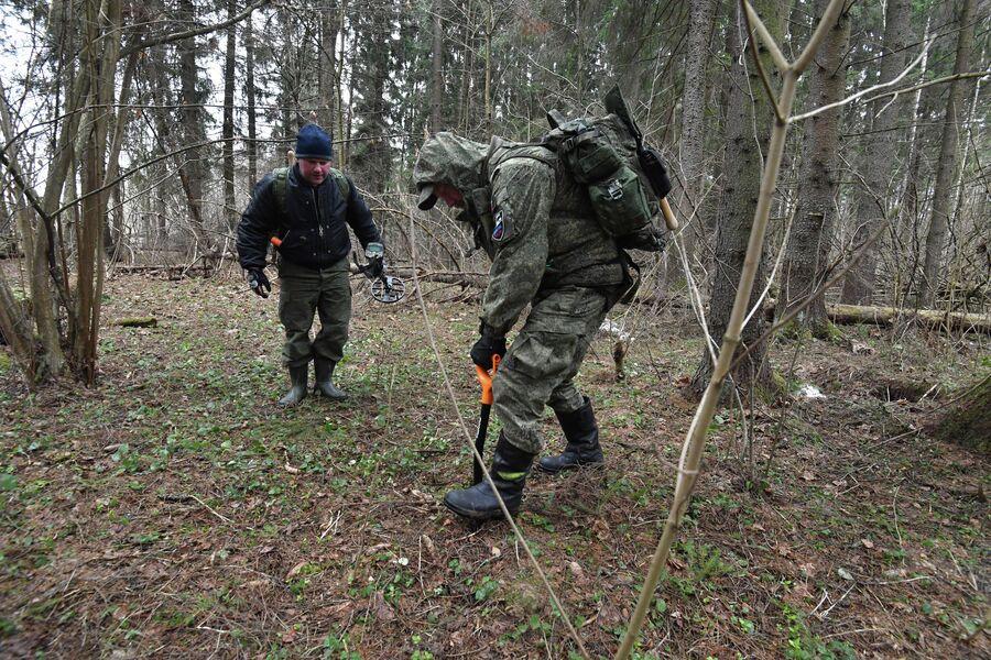 Алексей Бочкарев откапывает яму